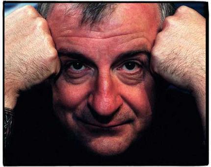 דאגלס אדמס: לזכרו של הסופר עם המגבת
