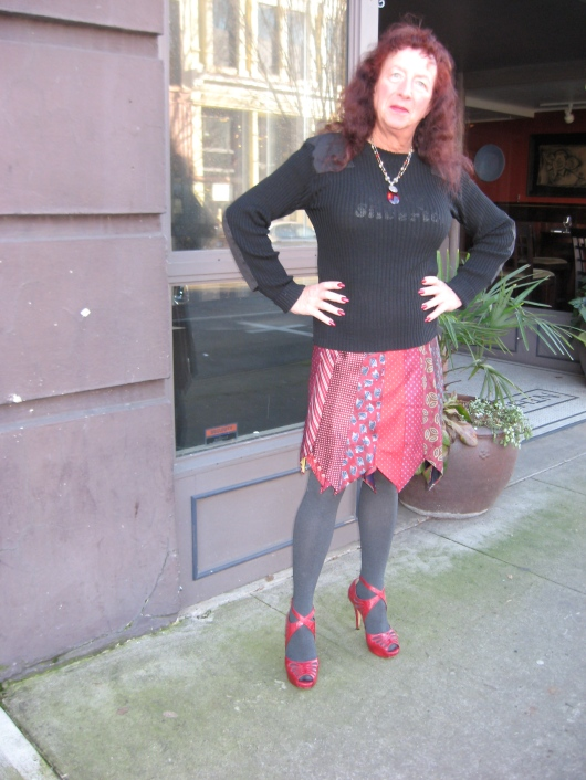 רש העיר, בחצאית של Rethreadz, בעיצוב האמנית המקומית פם אלטיר (http://www.rethreadzclothing.com/)