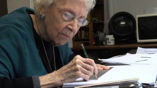 כרמן הררה. בת 100. מציירת בכל בוקר, עד להפסקת הוויסקי