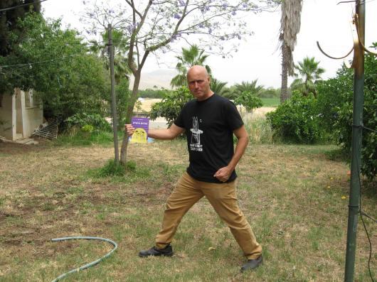 קרס וספרו משתובבים בדשא