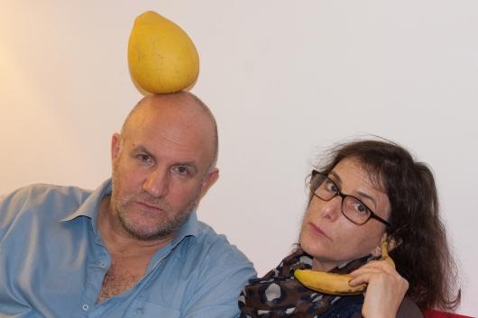 תורן, נאמן, בננה ולימון. צילום עגמומי של שני אנשים מצחיקים: ורוניק ענבר
